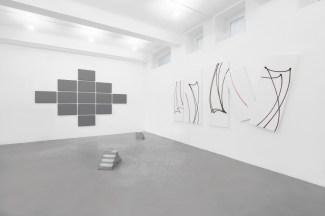 L'Occhio Filosofico. A arte Invernizzi, Milano, 2018. (Da sinistra a destra), Alan Charlton, Nicola Carrino, Nelio Sonego - © A arte Invernizzi, Milano. Foto Bruno Bani, Milano