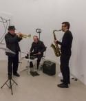 Performance di musica e parole con Massimo Donà (tromba e voce), Davide Ragazzoni (batteria), Michele Polga (sax tenore) - © A arte Invernizzi, Milano. Foto Mattia Mognetti, Milano