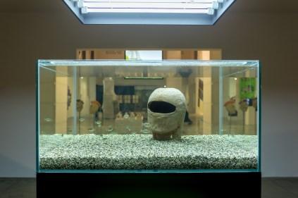 Ruth Beraha Us (self-portrait), 2018 acquario, 31 pesci piranha, scultura in terracotta / fish tank, 31 piranha fishes, terracotta sculpture courtesy l'artista / of the artist veduta dell'allestimento presso / installation view at MAMbo – Museo d'Arte Moderna di Bologna photo E&B Photo