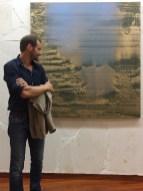 Matteo Montani davanti alla sua opera vincitrice Grande accordo, 2017