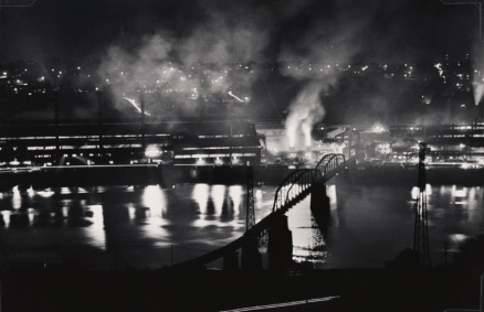 W.Eugene Smith (USA, 1918-1978). Stabilimento National Tube Company, U.S. Steel Corporation, McKeesport, e ponte ferroviario sul fiume Monongahela / National Tube Company works, U.S. Steel Corporation, McKeesport, and Union Railroad Bridge over the Monongahela River, 1955-1957 (stampa ai sali d'argento / gelatin silver print / 22.86 x 34.29 cm) Carnegie Museum of Art, Pittsburgh. Gift of the Carnegie Library of Pittsburgh, Lorant Collection. © W. Eugene Smith / Magnum Photos