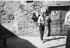 Lucio Fontana davanti al suo studio in Pozzo Garitta, Albissola Marina, anni 60. Courtesy Fondazione Lucio Fontana_small