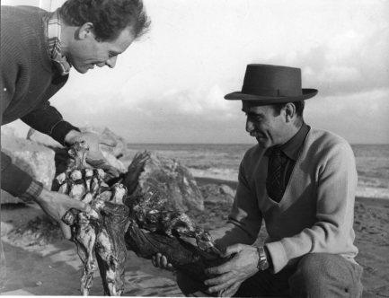 Lucio Fontana e Agenore Fabbri in Spiaggia ad Albisola, primi anni 50. Courtesy Fondazione Lucio Fontana_small