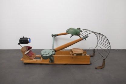 Giovanni Albanese. Ferro, legno e luce stroboscopica, cm 165x167x61 Professionista, 2012 Courtesy dell'artista