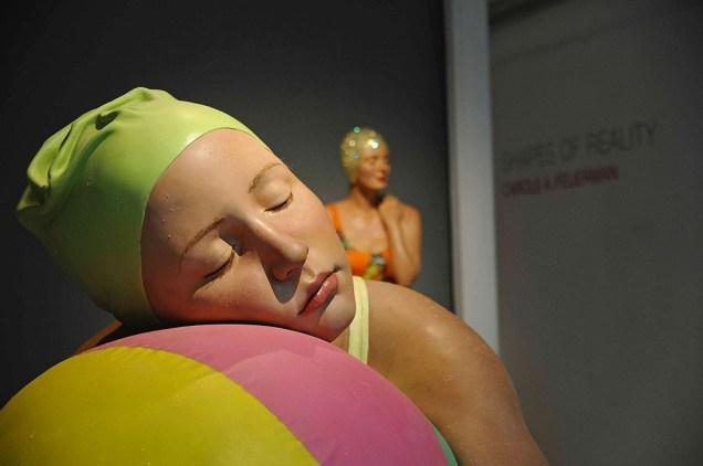 Carole Feuerman, Monumental brooke with beachball, olio su resina, 152x1...