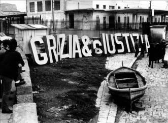 GIANNI PETTENA_GRAZIA E GIUSTIZIA 3_1968_ serie di 8 foto cm 12,7x8,7 cad