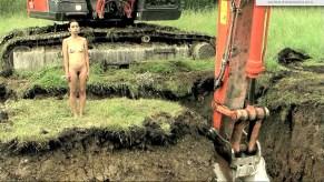 Regina Galindo, Frame video Tierra, 2013