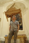 Chris Gilmour e il suo pianoforte sospeso