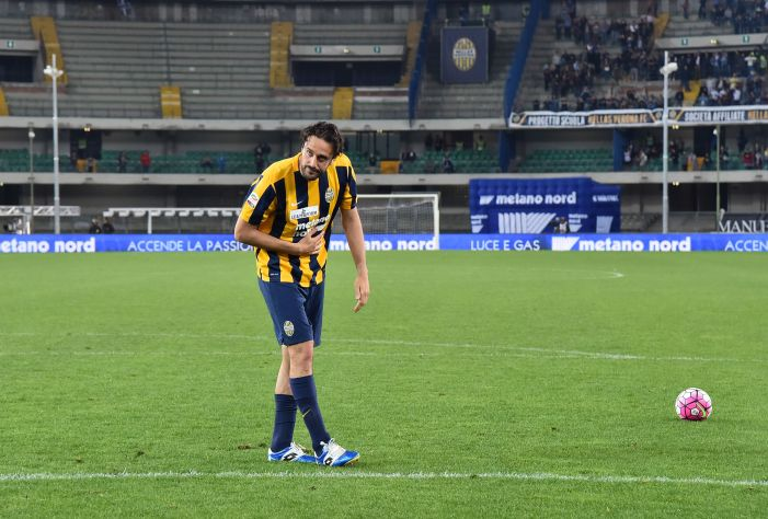 Hellas Verona's forward from Italy Luca Toni acknowledges the fans after having played his last match, the Italian Serie A football match Hellas Verona vs Juventus, at Bentegodi Stadium in Verona on May 8, 2016. Verona won the match 2-1. / AFP / GIUSEPPE CACACE (Photo credit should read GIUSEPPE CACACE/AFP/Getty Images)