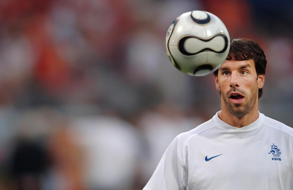 N?rnberg, GERMANY: Dutch forward Ruud Van Nistelrooy eyes the ball during a practice session prior to the World Cup 2006 round of 16 football game Portugal vs. Netherlands, 25 June 2006 at Nuremberg stadium. AFP PHOTO MARTIN BUREAU (Photo credit should read MARTIN BUREAU/AFP/Getty Images)