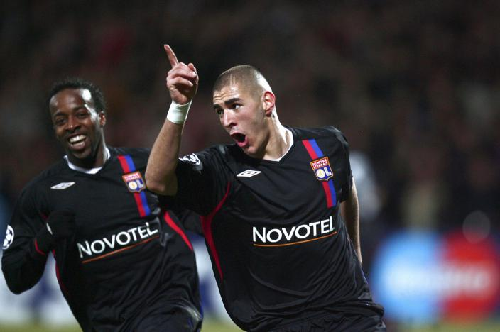 "POUR ILLUSTRER LE PAPIER DE NICOLAS GAUDICHET : ""C1 - MANCHESTER CRAINT QUE BENZEMA LUI TOMBE SUR LA TETE"" - Lyon's French forward Karim Benzema (R) celebrates with his teammate Sidney Govou after scoring a goal during the Champion's league football match Lyon vs Manchester United on February 20, 2008 at the Gerland Stadium in Lyon. AFP PHOTO / FRED DUFOUR (Photo credit should read FRED DUFOUR/AFP/Getty Images)"