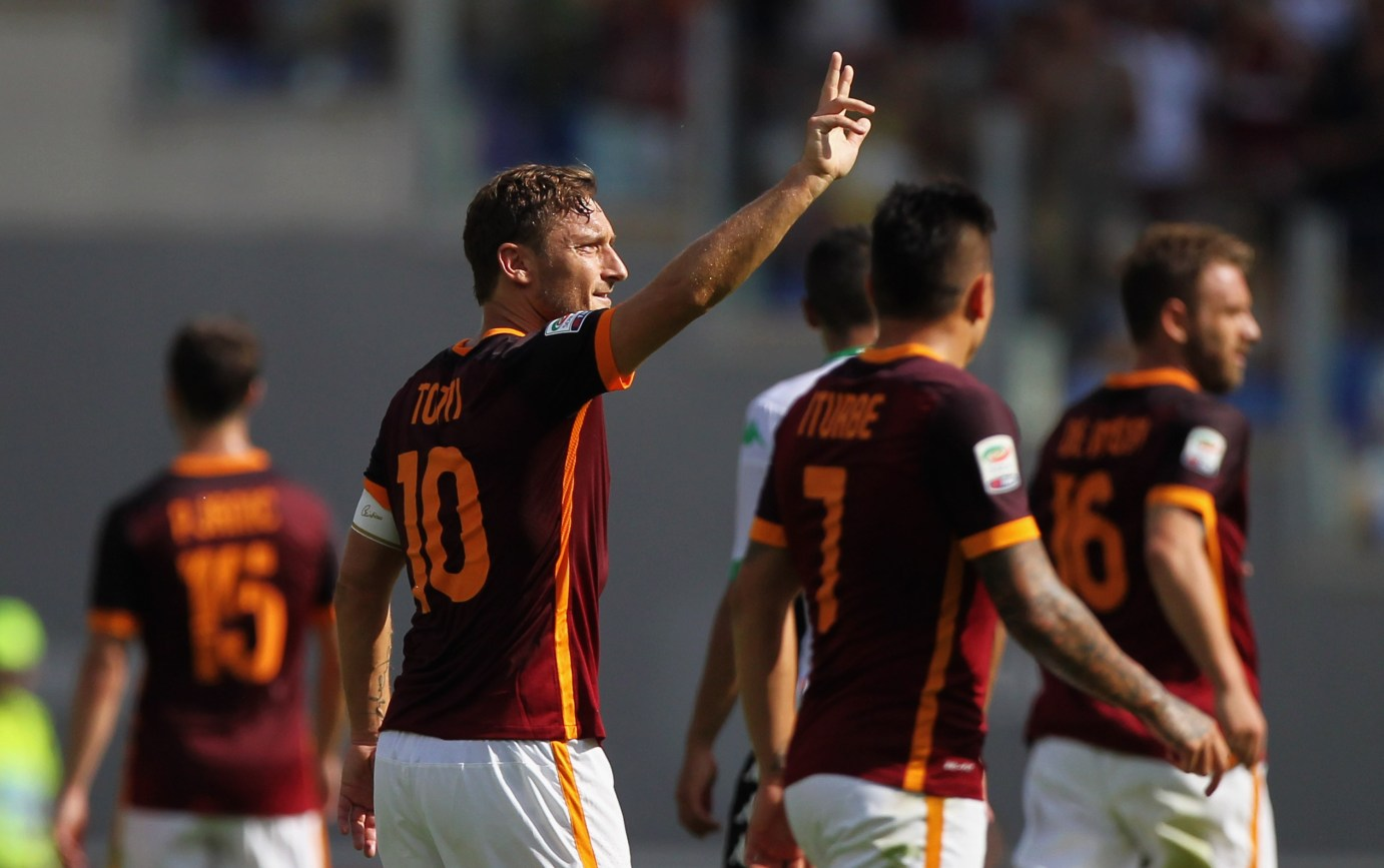 ROME, ITALY - SEPTEMBER 20: Francesco Totti celebrates with his teammates of AS Roma celebrates after scoring their first goal during the Serie A match between AS Roma and US Sassuolo Calcio at Stadio Olimpico on September 20, 2015 in Rome, Italy. (Photo by Paolo Bruno/Getty Images)