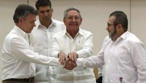 Il presidente Santos e il comandante delle Farc Timoshenko firmano l'accordo di pace sotto la benedizione di Raul Castro