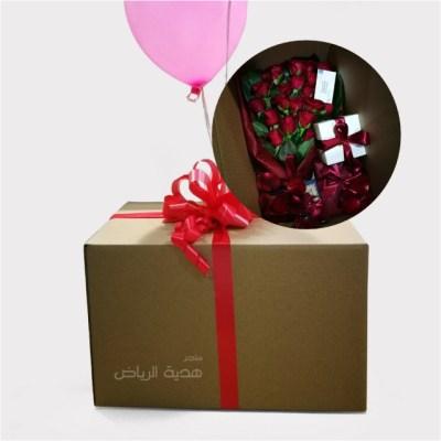 هدايا داخل صندوق ورقي مع الورد الطبيعي