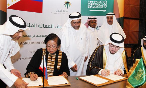 In this May 19, 2013, file photo, Philippine Labor Secretary Rosalinda Dimapilis-Baldoz (left) and Saudi Deputy Minister of Labor Mufarrej bin Saad Al-Haqbani sign the Philippine-Saudi Labor Agreement in Riyadh. Delegates of the Saudi-Philippine Business Council have met recently in Manila to discuss areas of improvement on the agreement. (AN files)