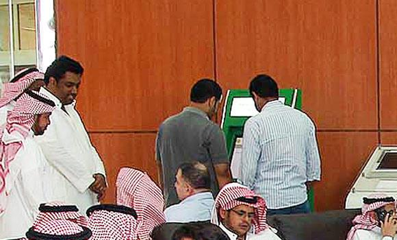 Expat-workers-check-labor-ministry's-online