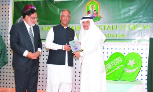 Izzat Kamil Mufti receives an award from Pakistan Consul General Aftab Ahmad Khokher, center, and Masood Puri in Jeddah.