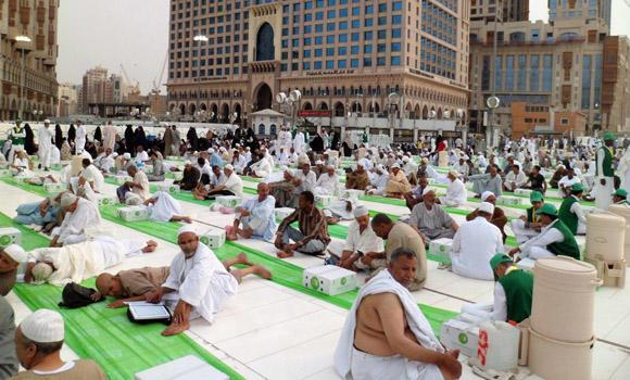 In this photo taken during last year's Ramadan season, pilgrims endure temperatures rising above 43 degrees Celsius in Makkah.