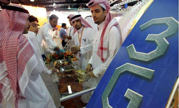 Saudi gather at counter 3G mobi_1