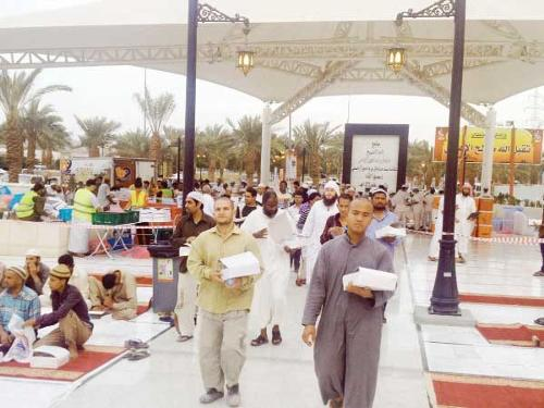Worshipers get their iftar meal boxes at Al-Rajhi mosque in Makkah.
