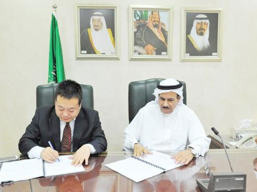 Saudi Railways Organization president Mohamed Khalid Al-Suwaiket signs the deal with the executive of China Railway Construction Corporation Limited in Saudi Arabia.