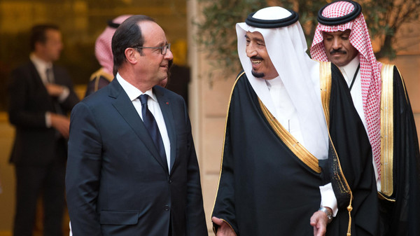 French President Francois Hollande (L) and Saudi Crown Prince and Defence Minister Salman bin Abdul Aziz al-Saud arrive for an official dinner at the Elysee Palace in Paris on September 1, 2014.