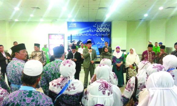The first group of Indonesian Haj pilgrims is received by Indonesian Ambassador to Saudi Arabia A.M. Fachir and Arsad Hidayat Jurjanih, deputy Haj consul at the consulate, at King Abdulaziz International Airport on Monday afternoon.
