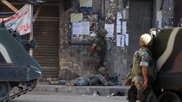 Lebanese army soldiers take shooting positions during clashes with Islamist militants in Tripoli October 26, 2014.