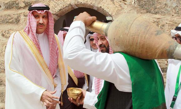 Madinah Gov. Prince Faisal bin Salman is given water from a traditional water urn. (SPA)
