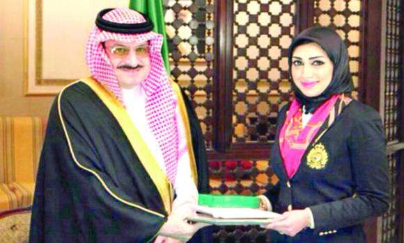 Prince Mohammed bin Nawaf, Saudi ambassador to London, honors Nada Abu Arab for her outstanding achievement.