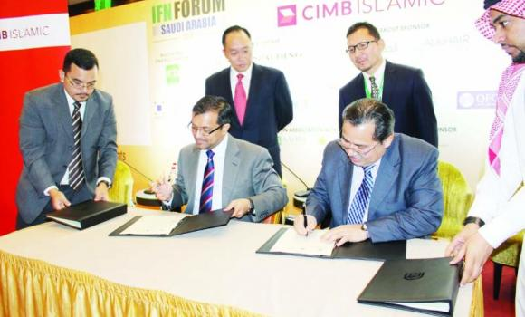 Azmi Omar, IRTI director general and IDBG member, signs the MoU with CIMB Islamic.