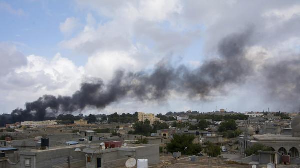 Black smoke rises from the scene of a bomb blast in Shahat, eastern Libya, November 9, 2014.