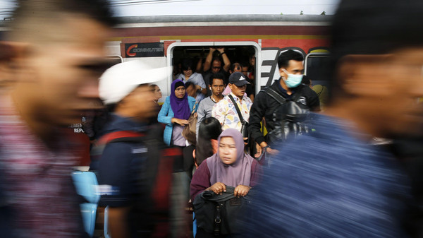 Commuters arrive at Tanah Abang train station in Jakarta November 13, 2014.