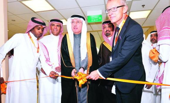 Dr. Hamza Al-Khosheim, deputy health minister for planning and development, center, opens the new renal center at the Prince Muhammed bin Abdulaziz Hospital in Riyadh on Tuesday.