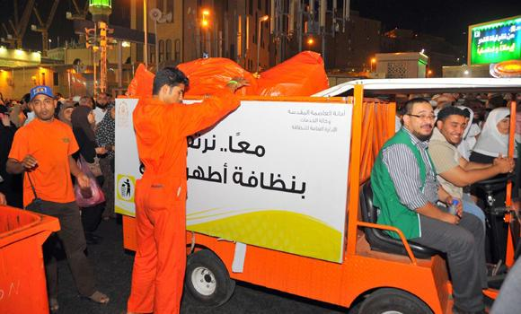 In this file photo, the Makkah Municipality increased efforts to clean all places surrounding the central area of the Grand Mosque as the number of the Umrah visitors and worshippers increased in the last days of Ramadan. (SPA)