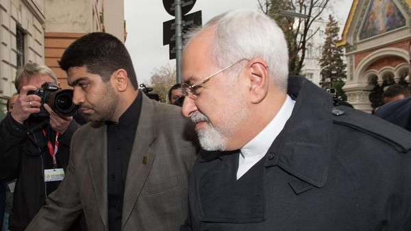The Iranian Foreign Minister Mohammad Javad Zarif (R) arrives for lunch with the Vice President of the European Commission at the Iranian Embassy during the P5+1 talks with Iran in Vienna on November 18, 2014.