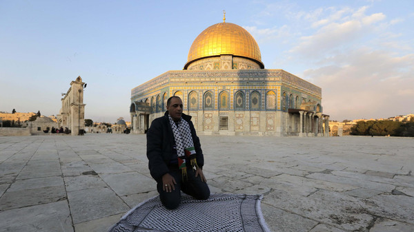 Police said they do not plan to bar young Muslim worshippers from Friday prayers at Al-Aqsa mosque.