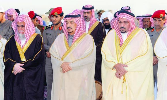Qassim Gov. Prince Faisal bin Bandar, center, joins officials and citizens to offer prayers seeking rain in Buraidah on Monday. (SPA)