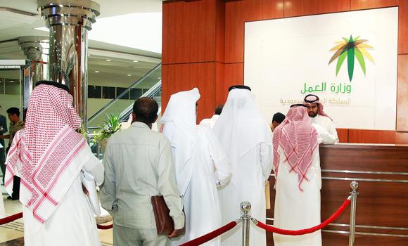 Saudis-in-queue-to-process-thier-documents-in-Labor-ministry