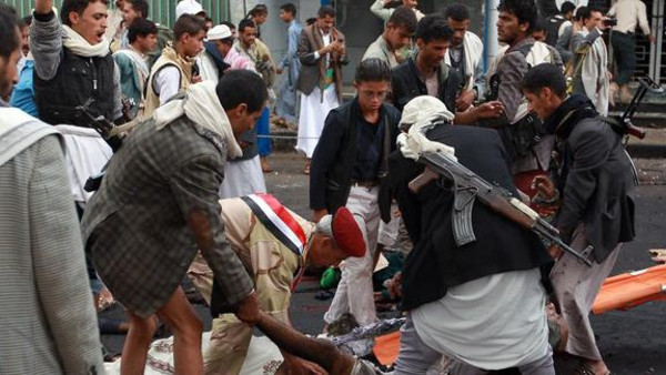 A bomb attack hit a gathering of Shiite Houthi fighters in central Yemen.