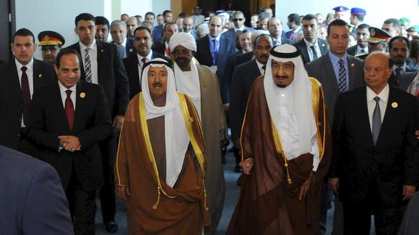 Egyptian President Abdel Fattah al-Sisi (L) stands with Kuwaiti Emir Sheikh Sabah al-Ahmad al-Sabah (2nd L), Saudi King Salman bin Abdulaziz al-Saud (2nd R), and Yemeni President Abd-Rabbu Mansour Hadi (R), during the 26th Arab Summit.