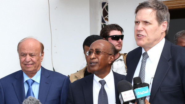President Abdrabuh Mansur Hadi (L) standing with American ambassador to Yemen Matthew Tueller (L) during a press conference in Aden.