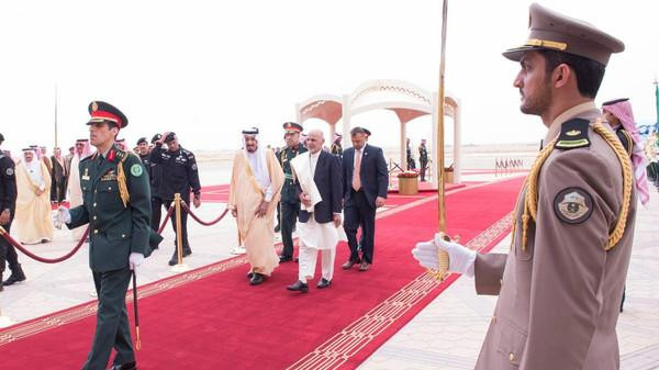 Saudi King Salman bin Abdulaziz al-Saud (L) escorts Afghanistan's President Ashraf Ghani (R) during a welcoming ceremony at King Khaled International Airport in Riyadh. (SPA)