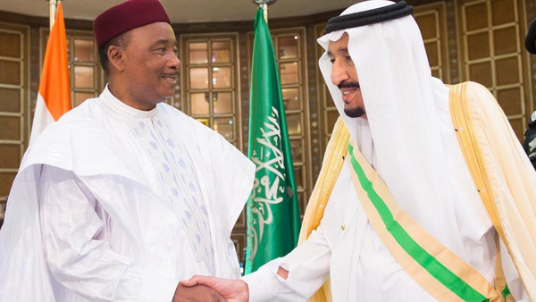Saudi king meets with President of Niger on Sunday at his palace in Riyadh. (SPA)