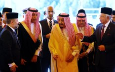 Saudi Arabia's King Salman leaves after inspecting an honor guard with Malaysia's Prime Minister Najib Razak (right) and Malaysia's King Muhammad V (left) at the Parliament House in Kuala Lumpur, on February 26, 2017.