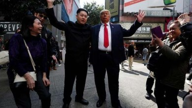 Photo of شاهد: دهشة وضحك بعد عناق بين شبيه لترامب وآخر لكيم جونج أون