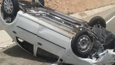 Photo of فيديو: قائد سيارة يوثق حادث انقلاب سيارته بسبب انشغاله بالتصوير