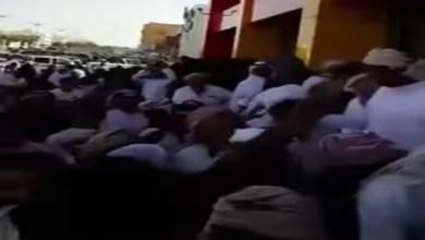 Photo of فيديو: ازدحام وتدافع شديد لحظة افتتاح محل كل شيء 5 ريال في شرورة