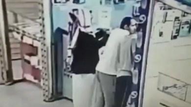 Photo of شاهد: كاميرا مراقبة تفضح زبون خدع بائع في محل جوالات وبدل جهاز صيني بآخر أصلي