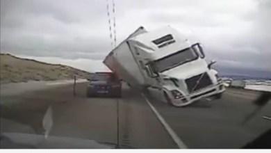 Photo of فيديو: شاحنة ضخمة تسحق سيارة شرطة في أمريكا